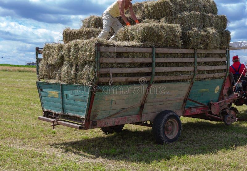 сбор трактора и фермера трейлера стоковая фотография