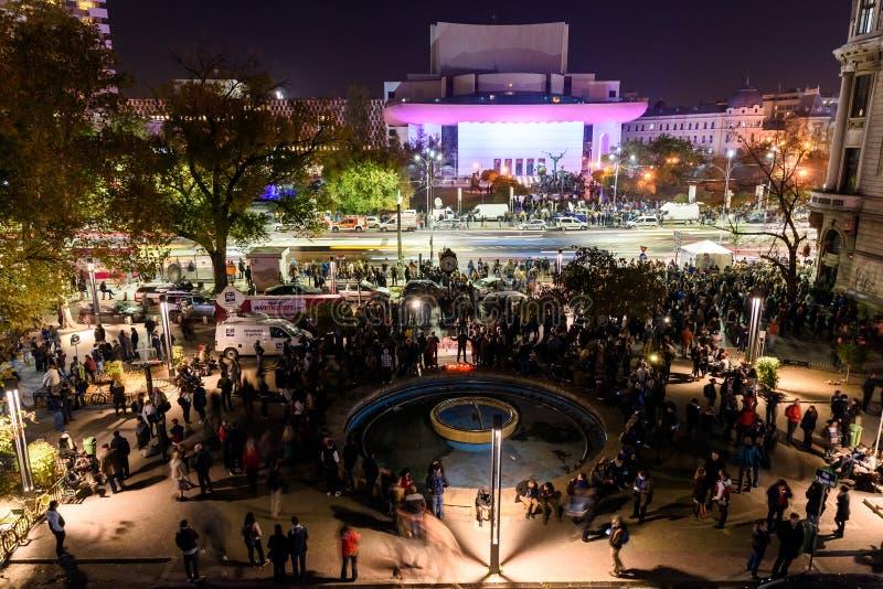 Сбор людей в квадрате университета и национальный театр на второй день протеста против коррупции и правительства стоковые изображения