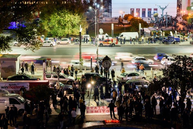 Сбор людей в квадрате университета и национальный театр на второй день протеста против правительства коррупции и румына стоковые изображения