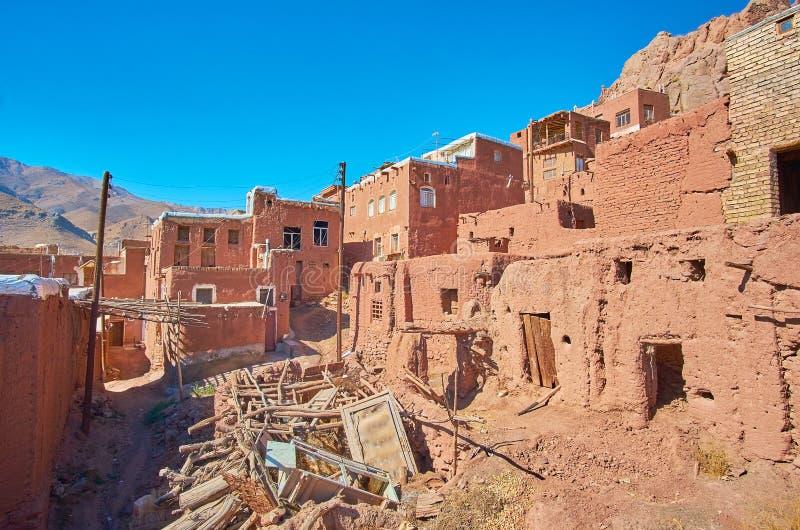 Сброс хлама в старой улице горного села Abyaneh стоковая фотография