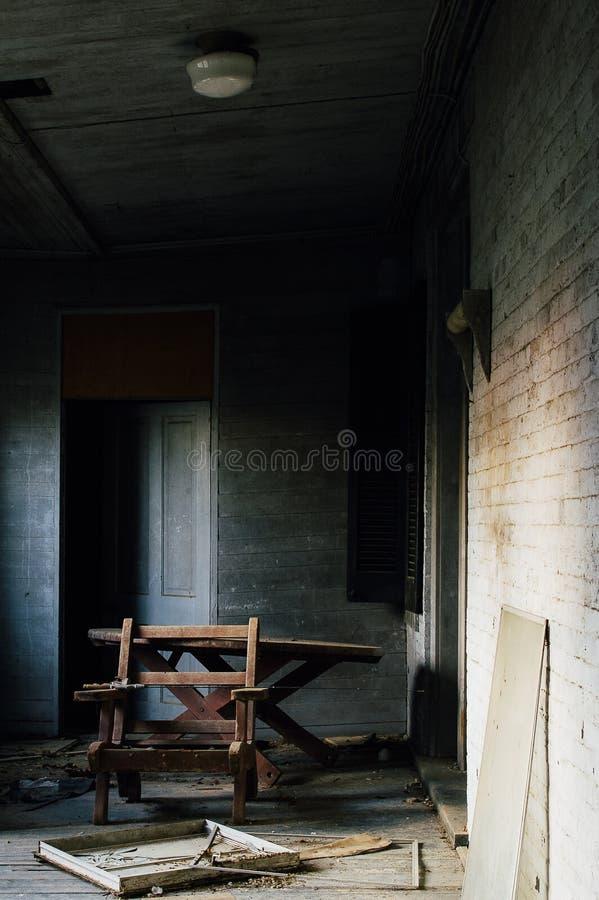 Сброшенный стул на крылечке Солнця - покинутом доме стоковые изображения
