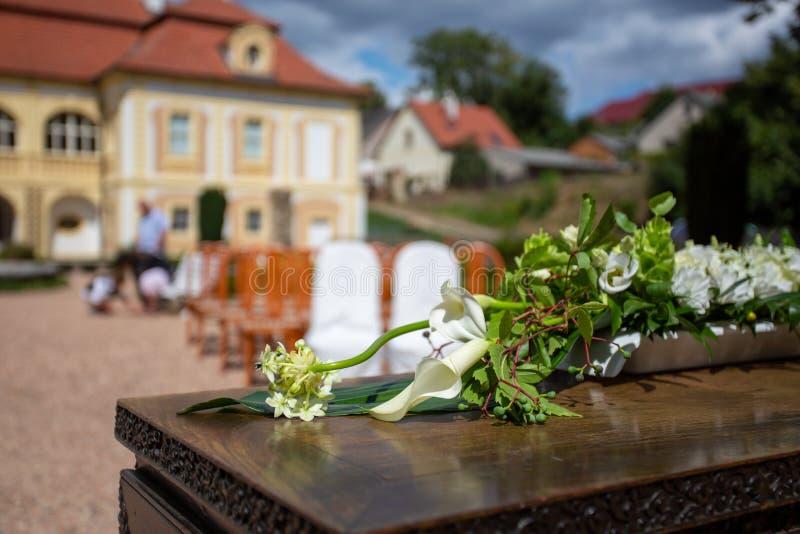 Свадебное украшение, красивые дикие цветы на деревянном столе, расплывчатый фон стоковые фото