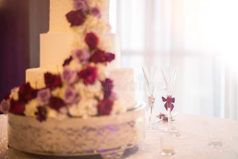 Свадебный пирог и таблица Шампани с фокусом на стеклах стоковые фотографии rf