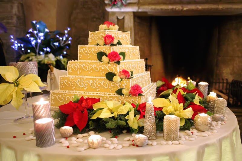 Свадебный пирог на предпосылке камина стоковая фотография rf