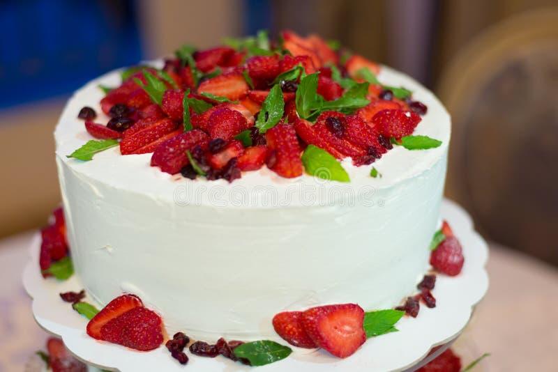 Свадебный пирог со сливками и клубники стоковые фото