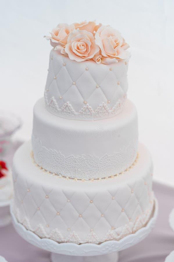 Свадебный пирог с украшением цветка на верхней части стоковое изображение