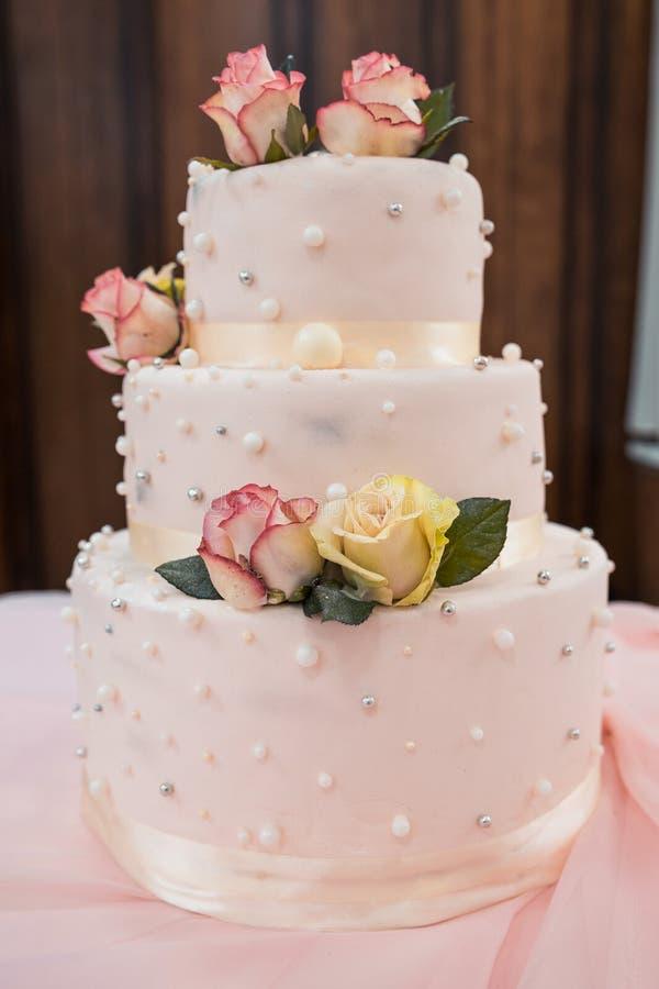 Свадебный пирог с цветками стоковое фото rf