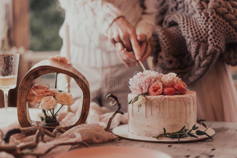 Свадебный торт со свечами стоковые изображения rf