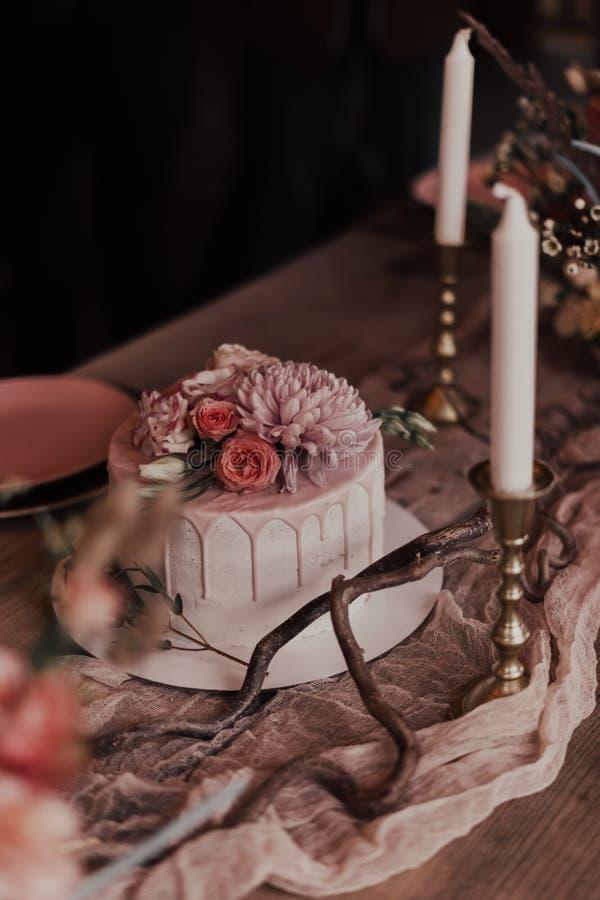 Свадебный торт со свечами стоковое изображение