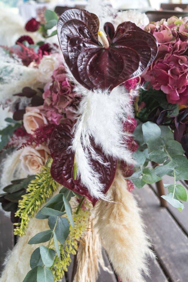 Свадебный цветочный состав с винными антуриями, кортадерией, гидрангеей, розами, эвкалиптом стоковая фотография