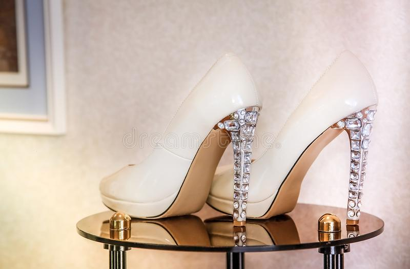 Свадьба высоко-накренила ботинки украшенные с ювелирными изделиями с стоковое изображение