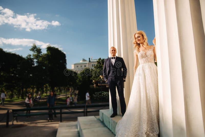 Свадьба в Греции Выхольте и невеста готовит большой столбец стоковые изображения rf