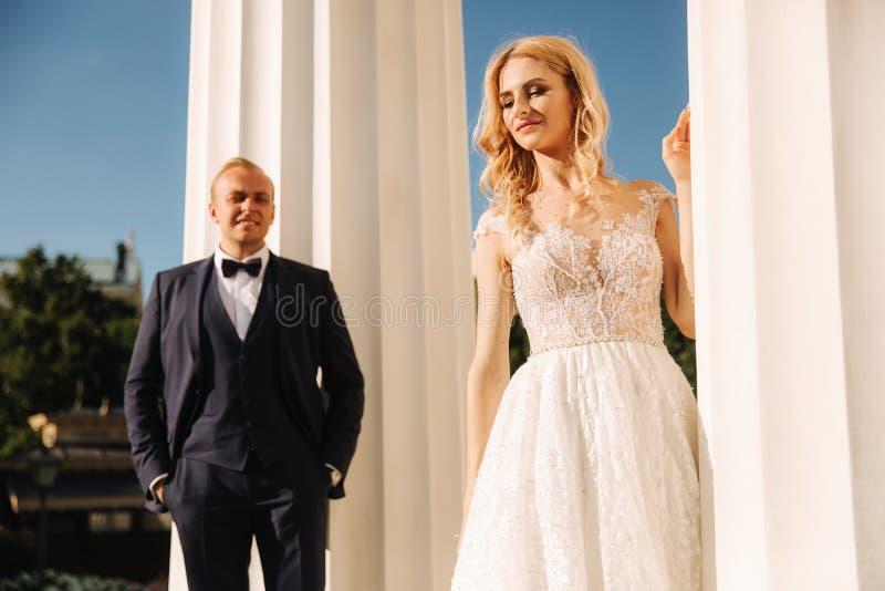 Свадьба в Греции Выхольте и невеста готовит большой столбец стоковые фото