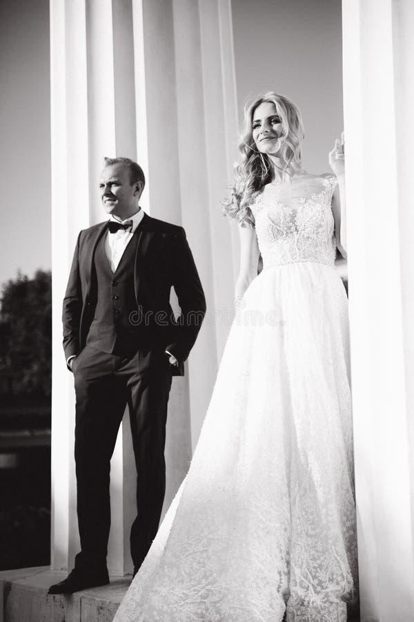 Свадьба в Греции Выхольте и невеста готовит большой столбец стоковая фотография rf