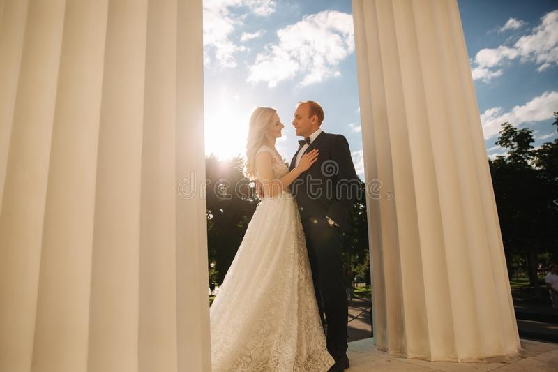Свадьба в Греции Выхольте и невеста готовит большой столбец стоковые изображения