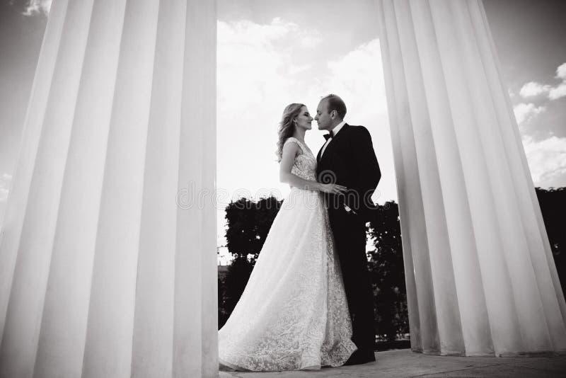Свадьба в Греции Выхольте и невеста готовит большой столбец стоковое изображение rf