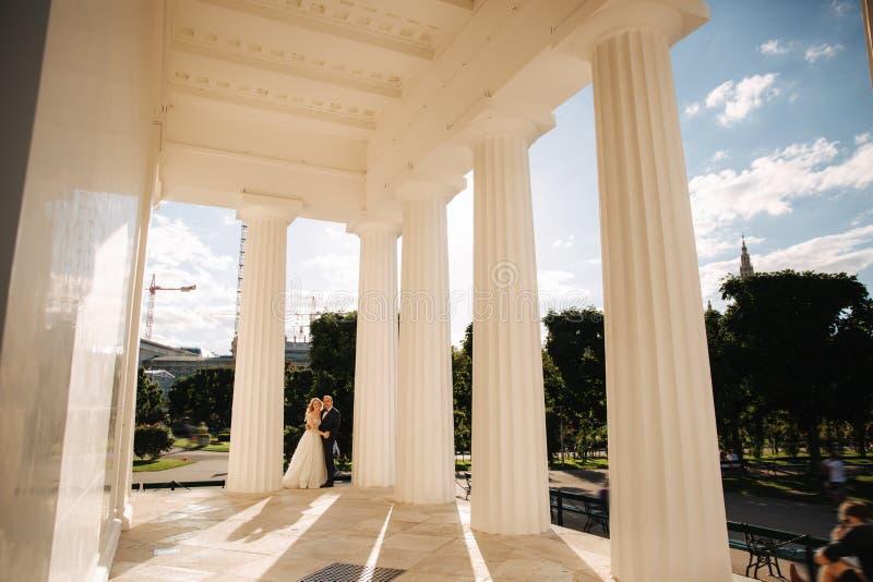 Свадьба в Греции Выхольте и невеста готовит большой столбец стоковое изображение