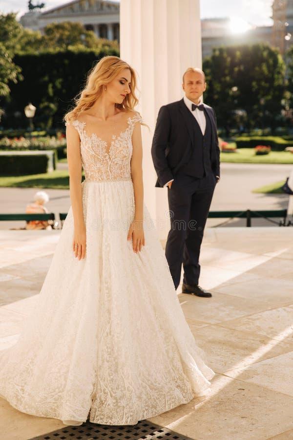 Свадьба в Греции Выхольте и невеста готовит большой столбец стоковая фотография