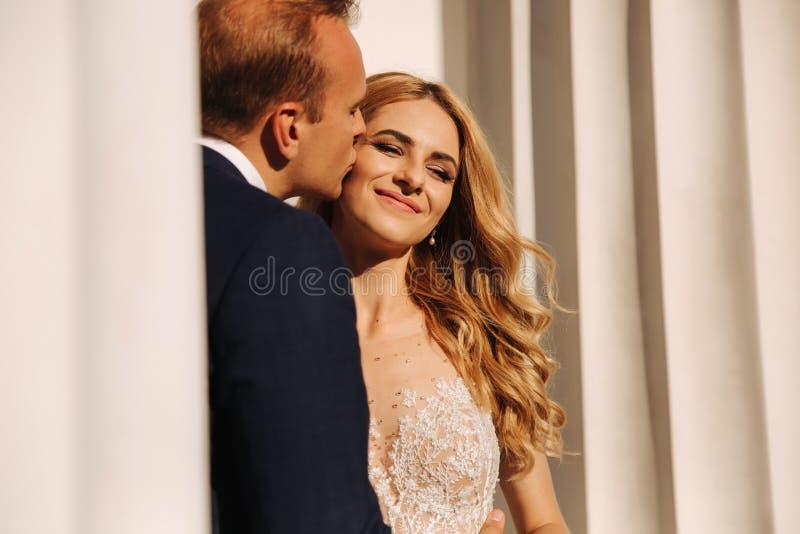 Свадьба в Греции Пары смотрят друг к другу и улыбка Падение невесты светлых волос в любовь стоковые фотографии rf