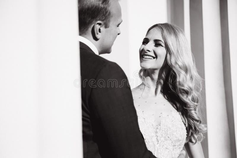 Свадьба в Греции Пары смотрят друг к другу и улыбка Падение невесты светлых волос в любовь стоковая фотография rf