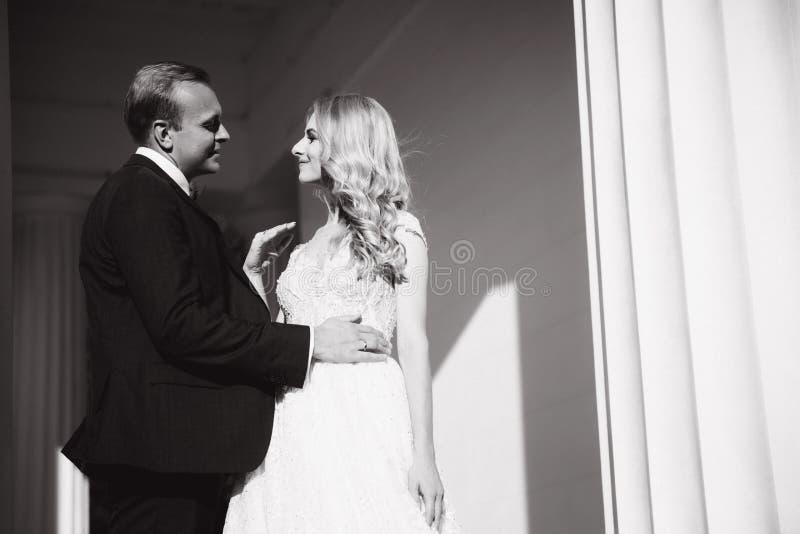 Свадьба в Греции Пары смотрят друг к другу и улыбка Падение невесты светлых волос в любовь стоковые изображения rf