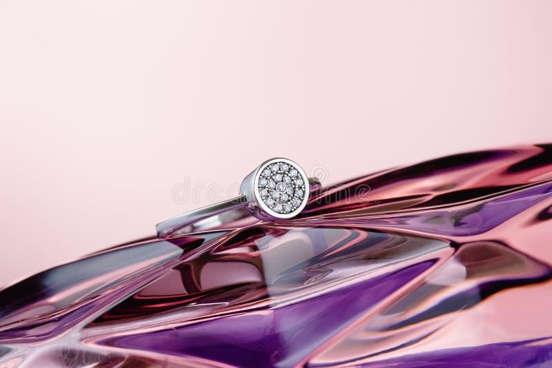 Свадьба или кольцо захвата серебряное на фиолетовой предпосылке стоковая фотография