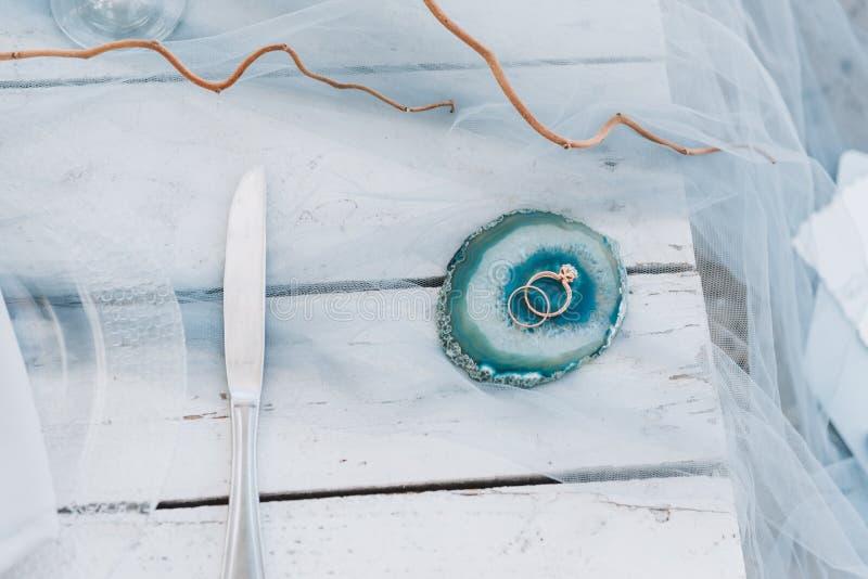 Свадьба и обручальные кольца на декоративной плите стоковые изображения