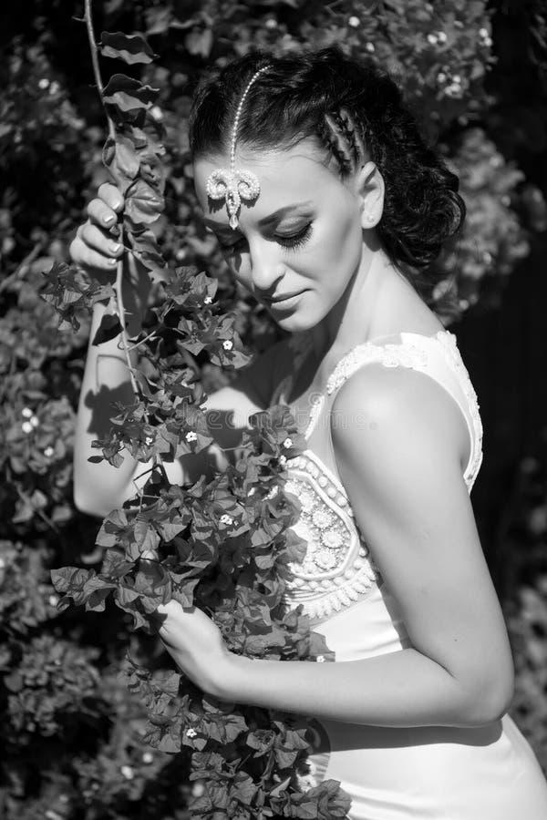 Свадьба и торжество дня женщин Представление женщины с blossoming цветками Фотомодель с волосами брюнет в саде стоковые изображения