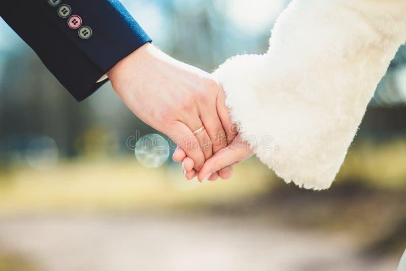 Свадьба, кольцо, невеста, groom, утеха, точность воспроизведения, романс, счастье стоковые фото