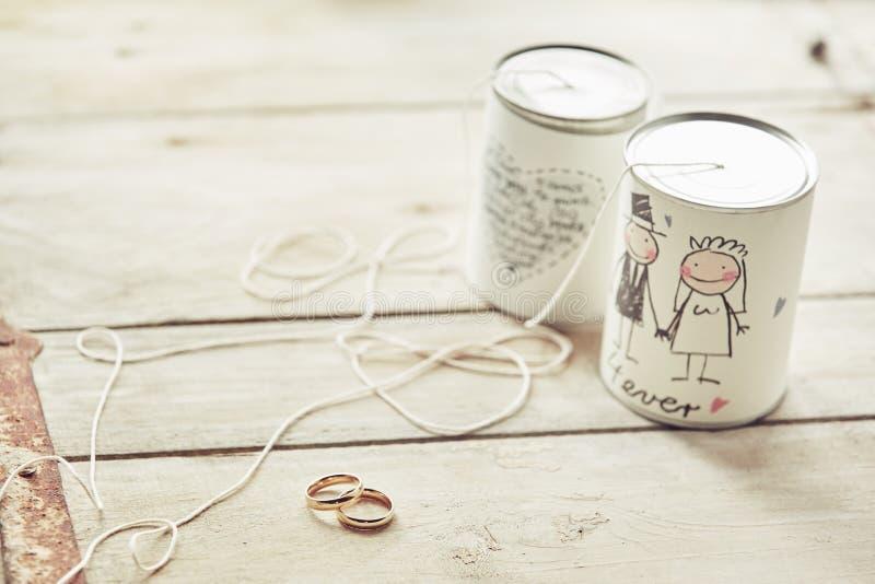 Свадьба консервирует украшение с лентами и кольцами стоковое изображение rf