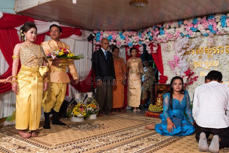 Свадьба кхмера Семья церемонии невесты ждать стоковая фотография