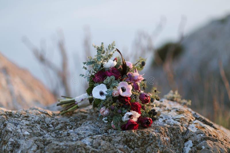 Свадьба любовников на горах около моря стоковая фотография rf