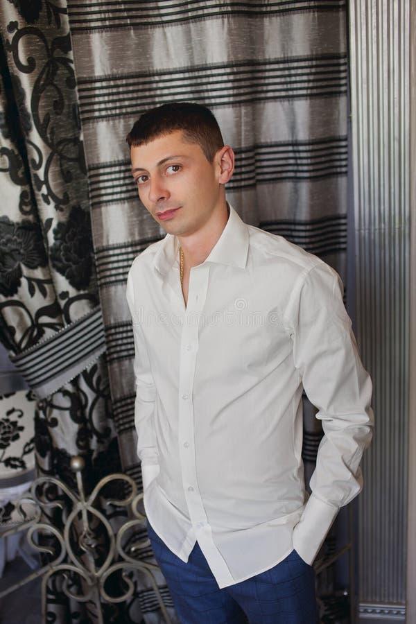 Свадьба молодого красивого кавказского человека groom крытая празднуя стоковые фото
