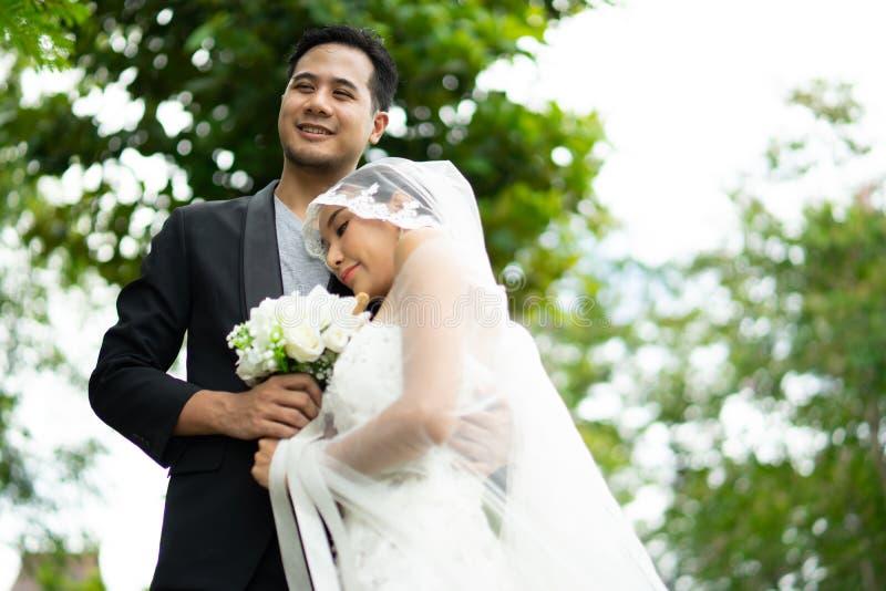 Свадьба, падение жениха и невеста влюбленн в один другого стоковое фото