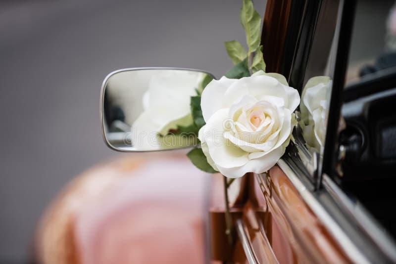 Свадьба подняла украшение на квартальное стекло старого автомобиля стоковое изображение