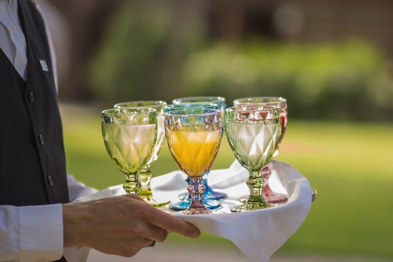 Свадьба ресторанного обслуживания или событие дня рождения, официант поставляют здоровый охлаженный лимонад стоковое изображение