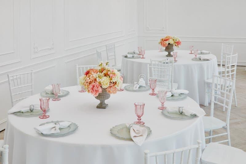 Свадьба сервировки стола в красивом стиле на белизне стоковое изображение rf