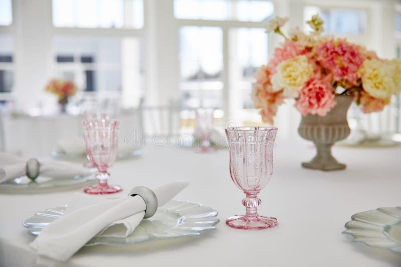 Свадьба сервировки стола в красивом стиле на белизне стоковые изображения