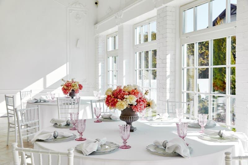 Свадьба сервировки стола в красивом стиле на белизне стоковые фотографии rf