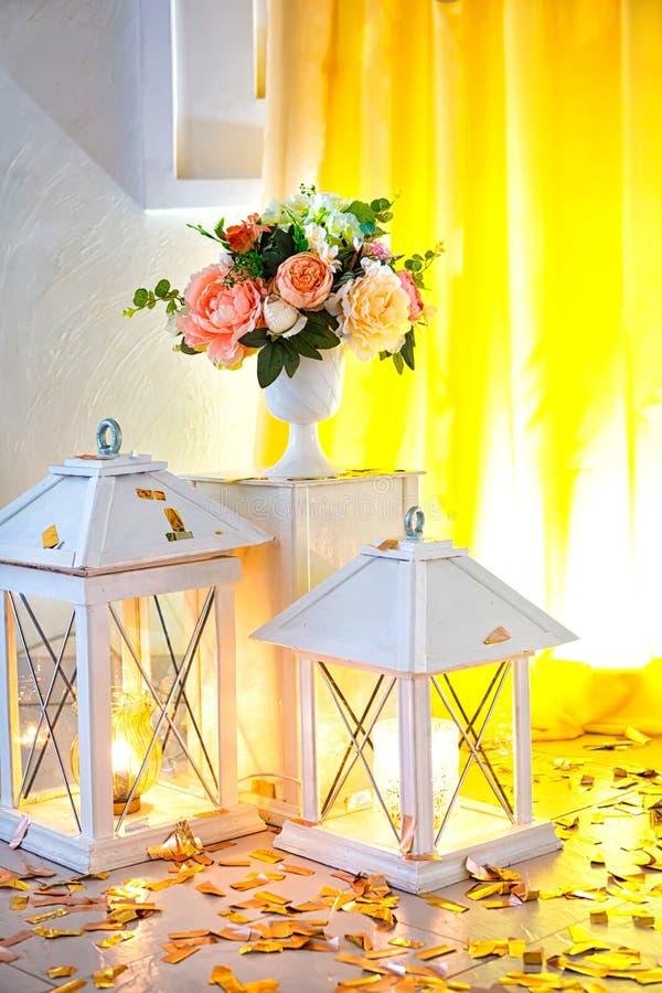 Свадьба украшенный желтый цвет с тканями и составами от свежих цветков стоковые изображения