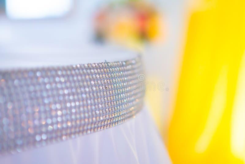 Свадьба украшенный желтый цвет с тканями и составами от свежих цветков стоковое изображение