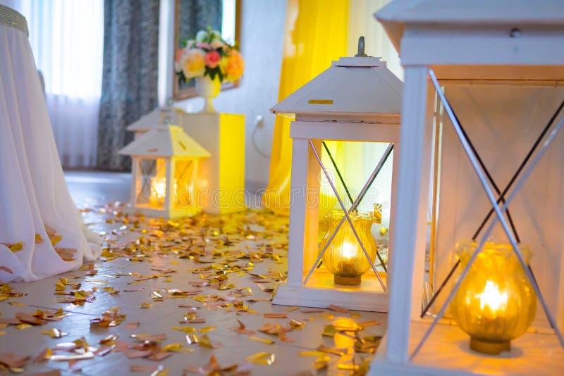 Свадьба украшенный желтый цвет с тканями и составами от свежих цветков стоковая фотография