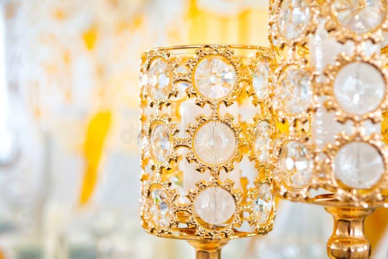 Свадьба украшенный желтый цвет с тканями и составами от свежих цветков стоковые изображения rf