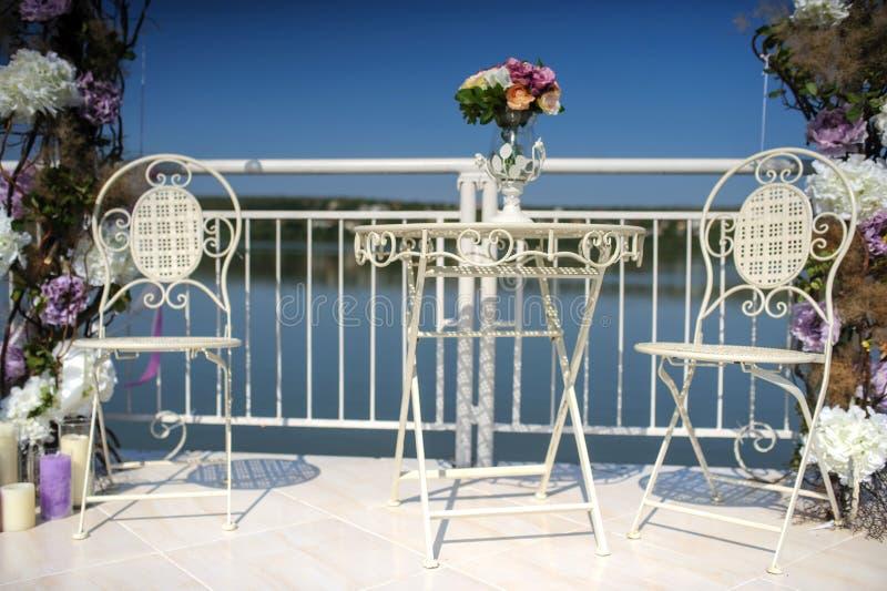 свадьба цветет украшение от лютика и роз стоковые изображения