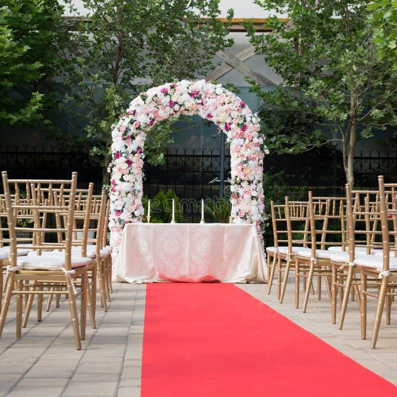Свадьба Colorfull настроила на открытом воздухе церемонию стоковые изображения rf