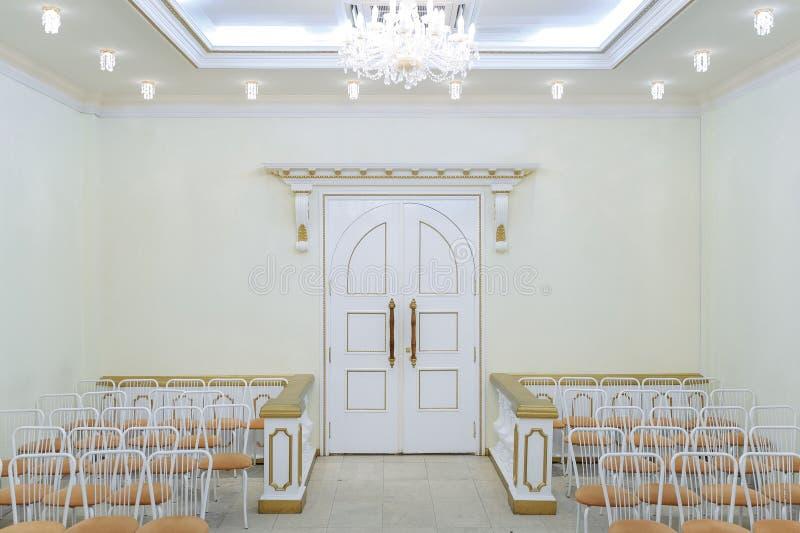 Свадьба Hall в ярких цветах с шикарной люстрой на потолке стоковая фотография rf