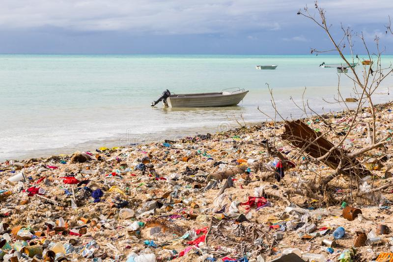 Свалка мусора, место захоронения отходов на Micronesian пляже песка атолла, южной Тараве, Кирибати, Океании стоковые фото