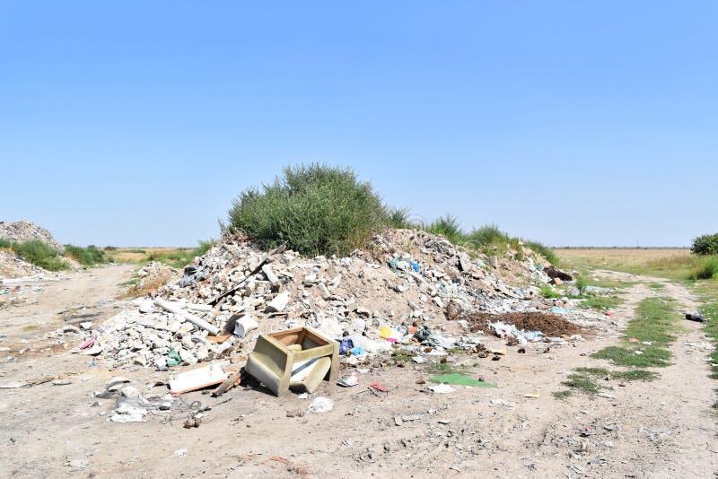 Свалка мусора, экологическая катастрофа в Восточной Европе стоковые изображения