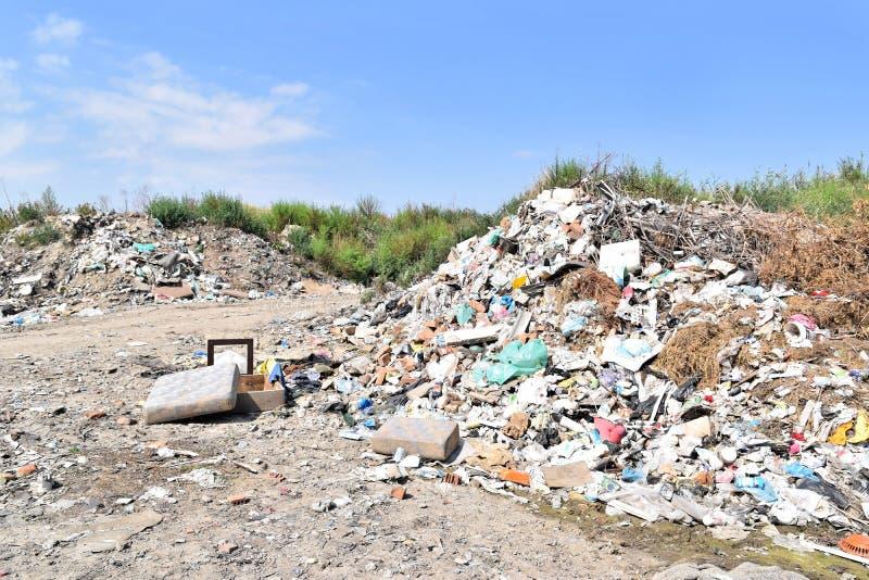 Свалка мусора, экологическая катастрофа в Восточной Европе стоковое изображение