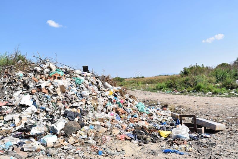 Свалка мусора, экологическая катастрофа в Восточной Европе стоковое изображение rf